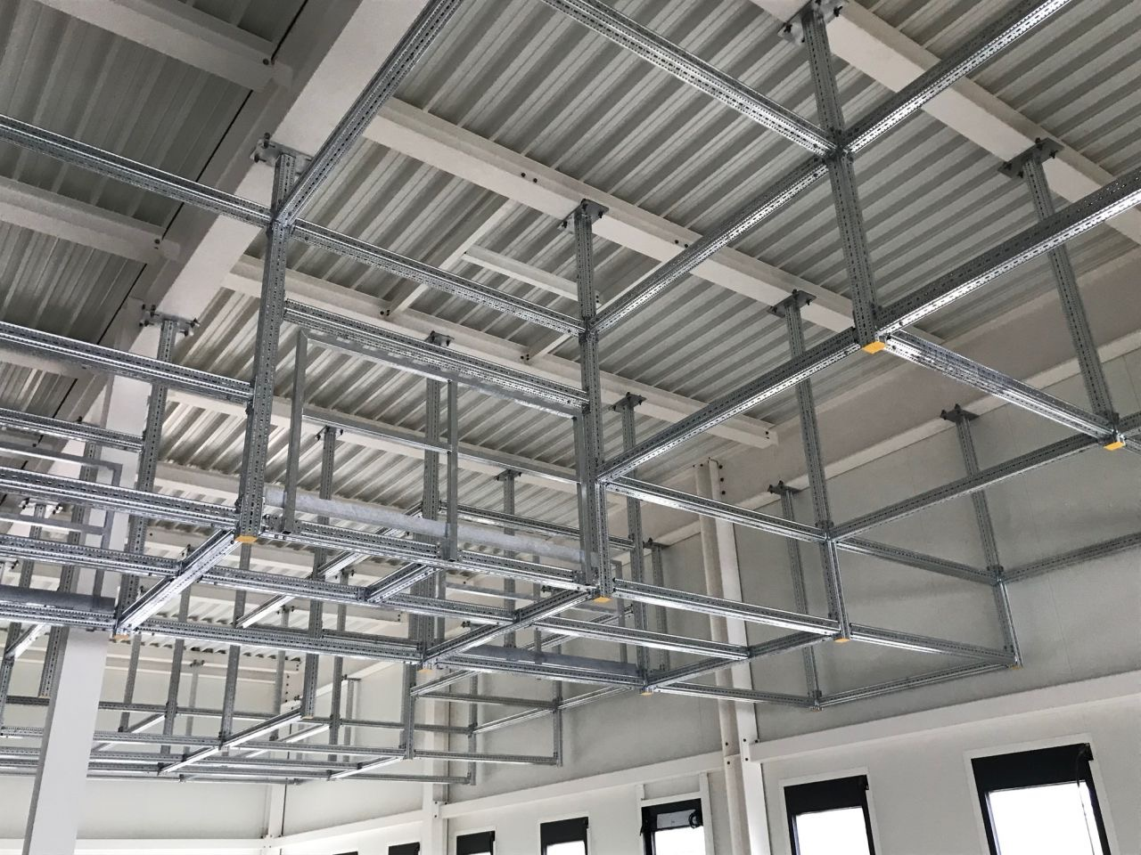 Steel beam connections in modular structures